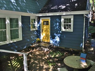 Yellow Door - Downtown Hideaway is a charming 1 bedroom unit.
