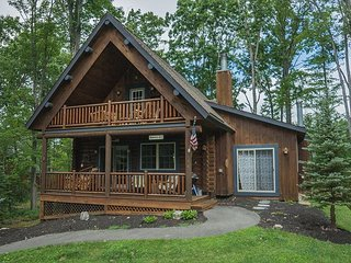 Conveniently Located Log Home, Covered Deck with Hot Tub, Oakland