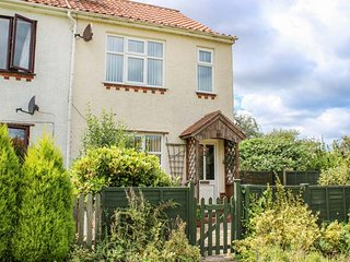 BECK VIEW COTTAGE, semi-detached, pet-friendly, private enclosed patio, WiFi, in Sheringham, Ref 934383