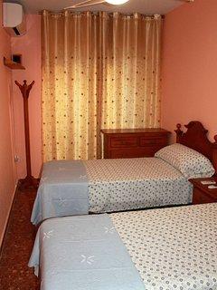 aacc en dormitorio y ventilador de techo