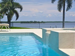 Modern luxury home, huge pool w/ south exposure, Isla Marco