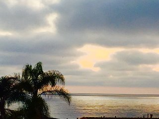 WALK TO GRANDVIEW BEACH WITH HOT TUB-SLEEPS 8-10, Encinitas