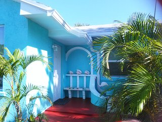 House: Walk to Beaches, Remodeled, Quiet, West Palm Beach