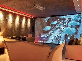 Fully Serviced - James Bond Penthouse - 200'Cinema