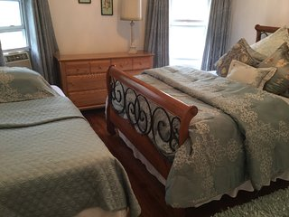 SPECTACULAR 3 BEDROOM SLEEPS 11, Staten Island