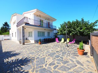 5 bedroom Villa with WiFi and Walk to Beach & Shops - 5699017