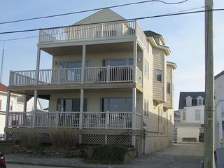 Gorgeous 4 Bedroom Condo with Ocean Views!!   Walk across the street to Beach!, North Wildwood