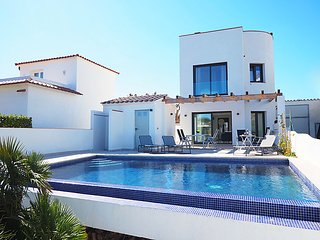 3 bedroom Villa with Pool, Air Con, WiFi and Walk to Shops - 5697992