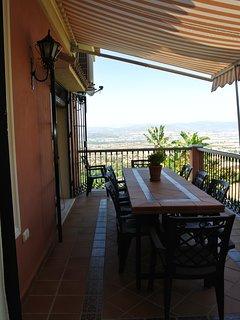 Terraza superior de la cocina y el salón.