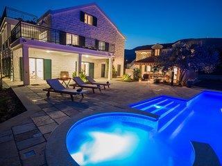 Luxurious Villa Mir wit Swimming Pool and BBQ, Kastel Stari