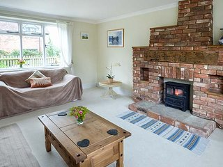FERN COTTAGE, end-terrace cottage, off road parking, rear garden, Ludlow, Ref 933905