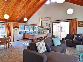 BEILBY BEACH COTTAGE - FREE WIFI & FOXTEL INCLUDED!, PET FRIENDLY (OUTSIDE ONLY)