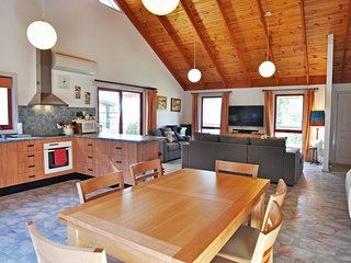 BEILBY BEACH COTTAGE - PET FRIENDLY & FOXTEL INCLUDED!, Inverloch