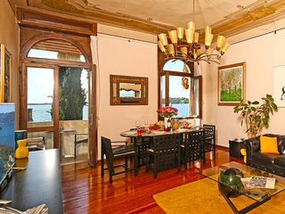 Luxury apartment with balconies overlooking lake Garda, AC, WIFI, for 8 people