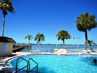 Waterfront Studio with a Pool & Tennis Courts, Madeira Beach