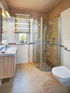 Seepark-Ferienhaus, small bathroom, shower 90x90cms