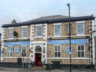 BUMBLEBEE, patio garden, first floor apartment, close to amenities, New Mills, Ref 934392