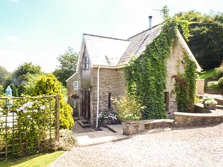 ROBIN'S BARN, spiral staircase, pet-friendly, use of tennis court, Penallt, Ref 937720