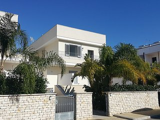 2 bedroom Apartment with Air Con and Walk to Beach & Shops - 5039034
