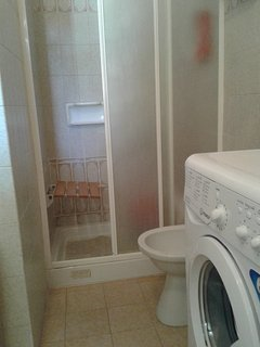 doccia  2 posti con seggiolino pieghevole  per persone con difficoltà motorie