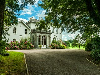 Luxury Manor 7 Beds 8 Baths in 68 Acre private Estate/Golf/Walking/Day-trips/Sea, Killarney