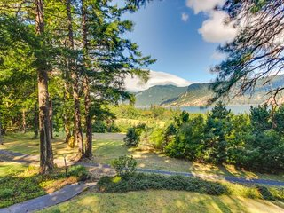 Dog-friendly home w/ gorgeous river views, a deck, patios, and a treehouse!, Hood River