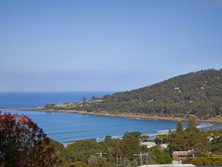 LORNE HOUSE - WHERE BUSH MEETS BEACH WITH SPECTACULAR VIEWS