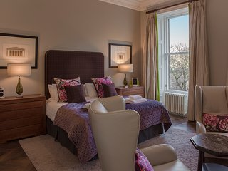 Dramatic and Beautiful view of Edinburgh Castle, Luxury 5 star in the CityCentre