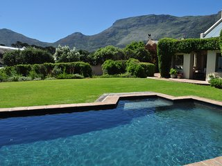 BEAUTIFUL NOORDHOEK BEACH VILLA -  SLEEPS 10, Noordhoek