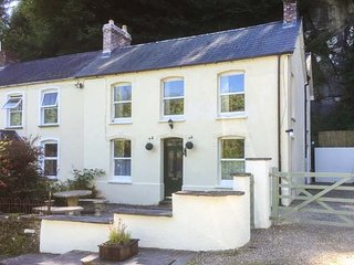 TEIFI HOUSE, comfortable cottage, en-suite, woodburner, WiFi, nearby river walks, in Cilgerran, Ref 929245