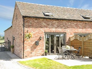 CHERRY TREE BARN, romantic retreat, en-suite, off road parking, pub 10 mins walk, Shawbury, Shrewsbury, Ref 937304