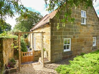 QUAKERS COTTAGE, open plan, ground floor shower room, short walk to beach, Hinderwell, Ref 942487