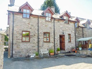 CROSS HOUSE FARM, semi-detached farmhouse, WiFi, woodburner, parking, Hay-on-Wye, Ref 941880, Talgarth