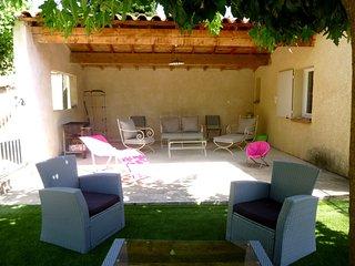 Pool house avec salon couvert ou sou le mûrier un 2ème salon vous attend