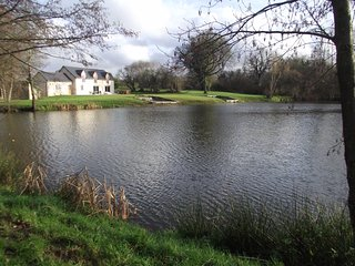 Luxury lakeside farmhouse, fishing lake with hot tub all set in private 9 acres