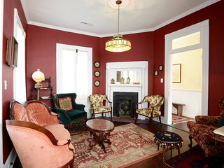 The Parlor Suite (Historic Downtown - Unit B), Charleston