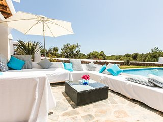 Stunning Family Friendly Ibiza style villa 7 bedrooms and private swimming pool, Sant Carles de Peralta