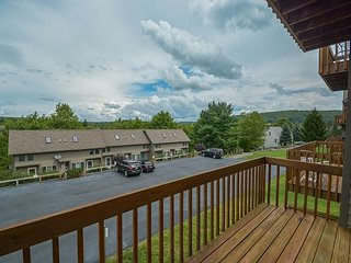 Spacious Townhome Across from Wisp Resort, McHenry