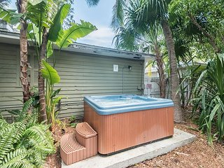 Ibis Suite - Private Hideaway w/ Shared Hot Tub & Grill. One Block from Duval, Cayo Hueso (Key West)