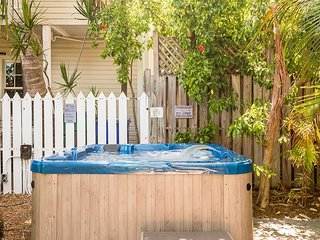 Osprey Suite - Secluded Studio w/ 3 Hot Tubs On Site. One Block from Duval St, Key West