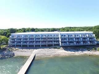 Beautiful Waterfront Put-in-Bay Condo - 2 Floors, 4 BR 3 BA - 12 ppl max, Put in Bay