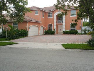 Little castle 5 bedrooms 4 baths & heated pool, Miramar