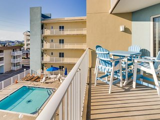 Walk to beach from condo with partial ocean view, shared pool, & soaking tub!