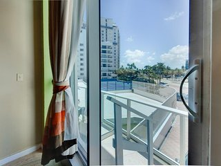 Double-loft condo with beach access, pool views, and a shared tennis court!, Miami Beach
