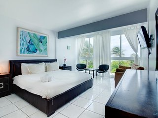 Beachfront condo w/ resort amenities like a shared pool, & partial ocean views!, Miami Beach
