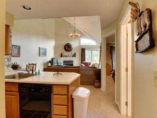 Ski condo near Pico Mountain w/ slope views, access to a shared pool & hot tub!, Killington