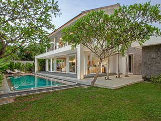 Villa DelMar - 4 Bedroom Private Pool Villa near Canggu Club and Batubelig Beach