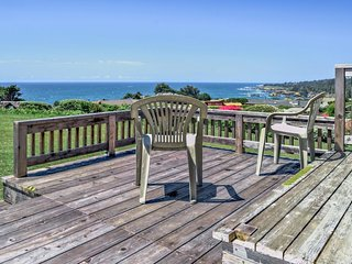 Beach bungalow w/private hot tub, ocean views - walk to downtown Mendocino