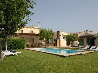 Casa de Campo Collet 2252 Manacor con una piscina y jardin con cesped con total