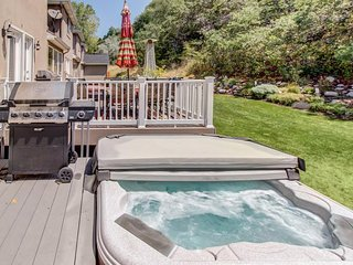 Updated condo w/ large private hot tub; fireplace, nearby park